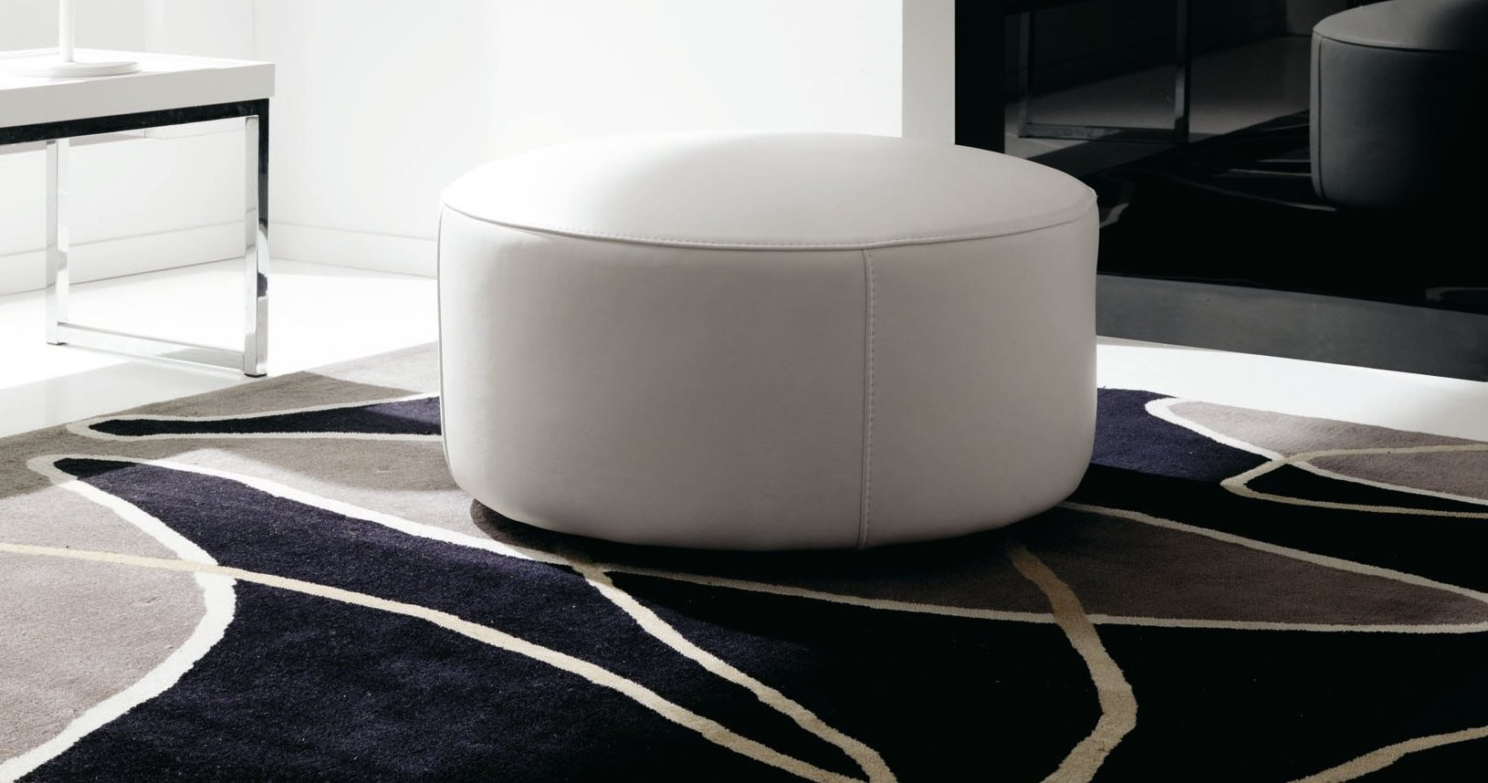 pouf moderne cuir rond personnalisable sur univers du cuir. Black Bedroom Furniture Sets. Home Design Ideas